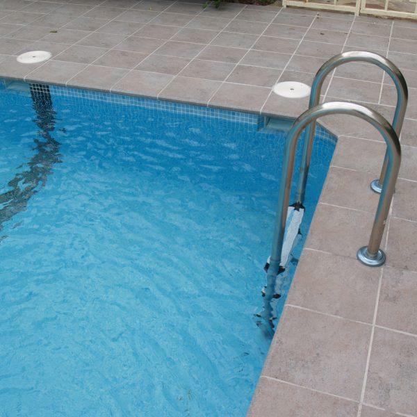 piscina borde recto de ceramica