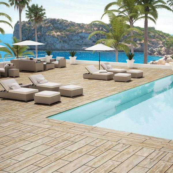 piscina de hotel con cerámica tipo madera