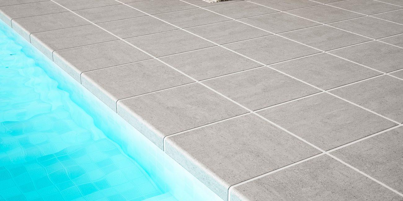 piscina con borde cerámico