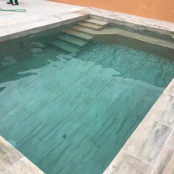piscina con ceramica tipo madera