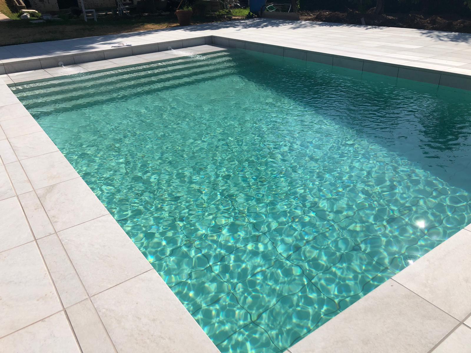 piscina con agua verdosa