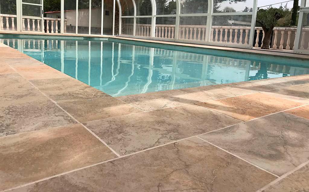 piscina particular detalle de la cerámica del borde