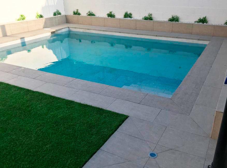 piscina particular de obra revestida con gres