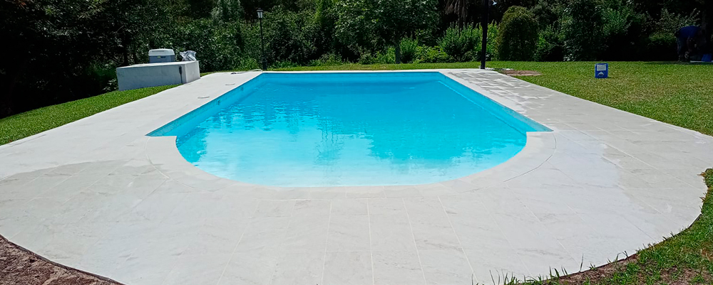piscina rehabilitada en jardín