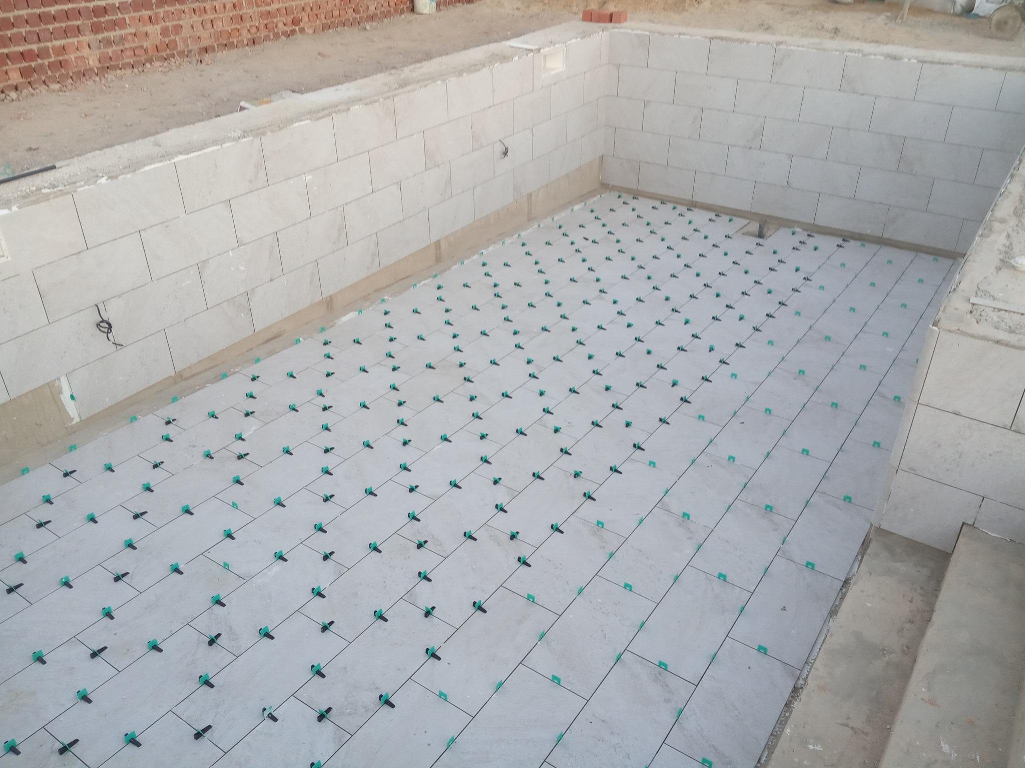 ejecución de gres porcelanico en piscina