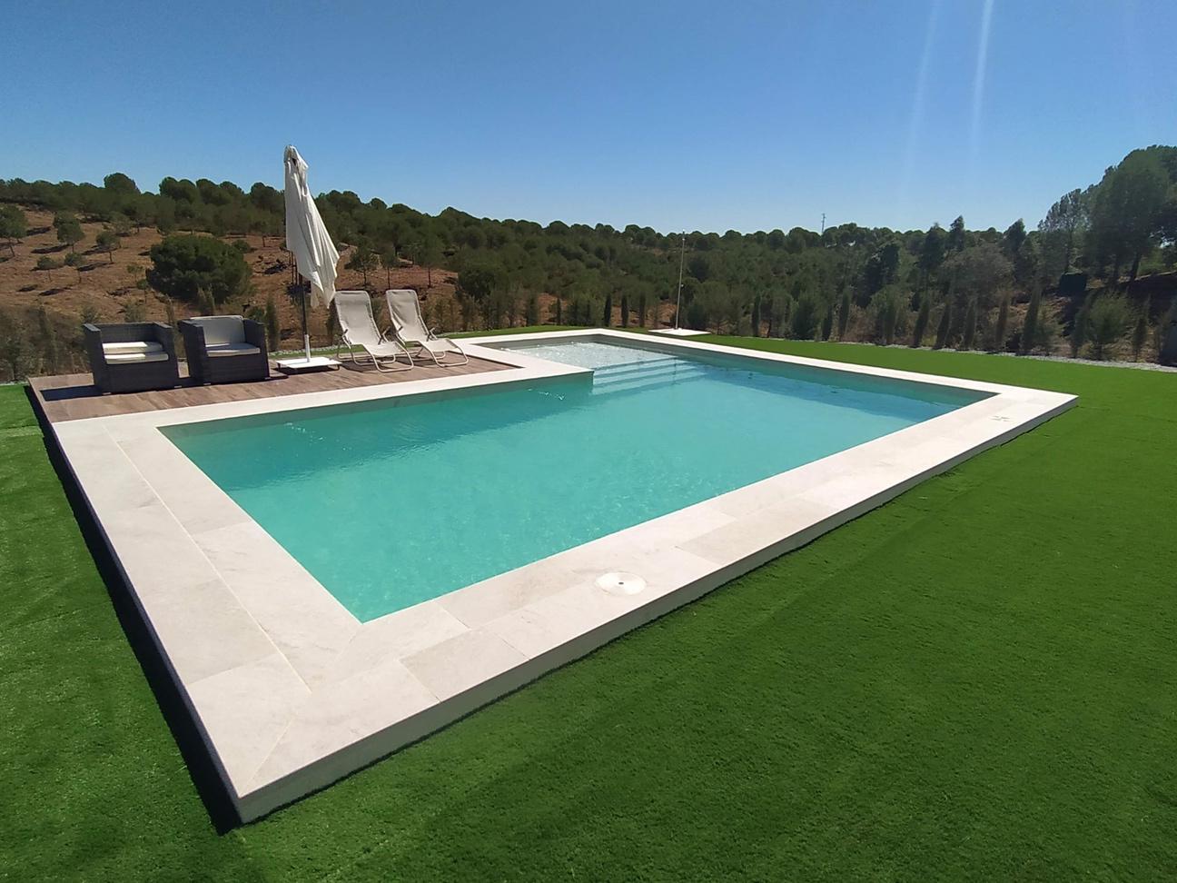 Otra vista general de la piscina y del entorno natural