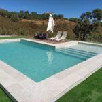 piscina gres porcelanico white stone