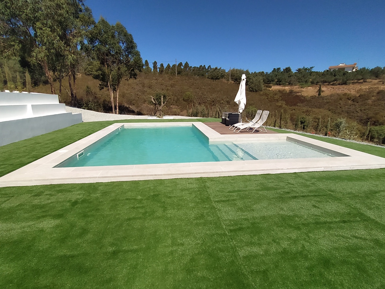 Entorno natural de la piscina de cerámica