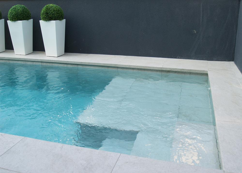 ideas piscinas pequeñas porcelánico
