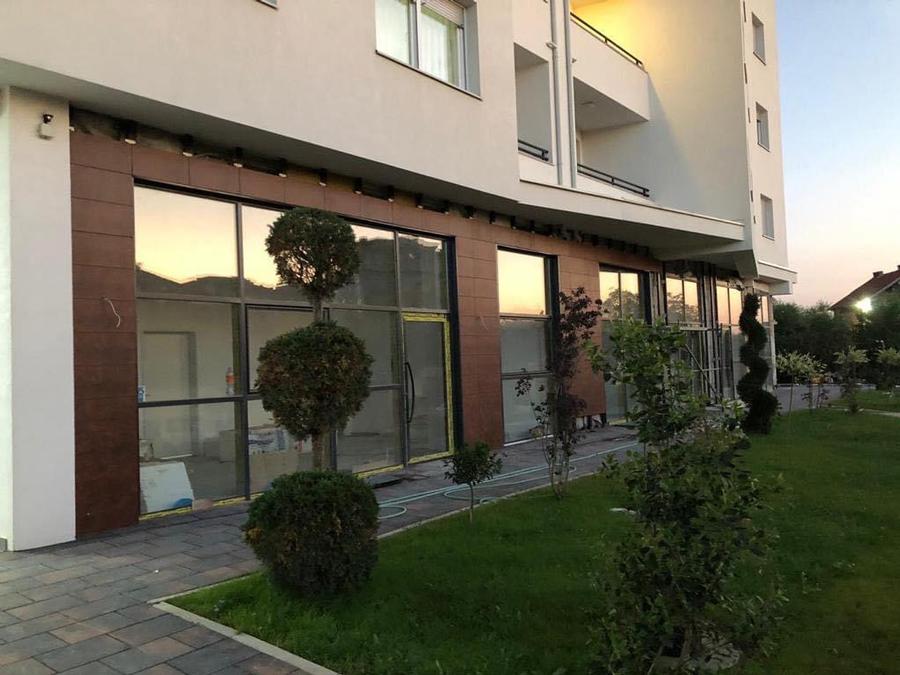 detalle bajos de edificio rehabilitado con fachada ventilada cerámica