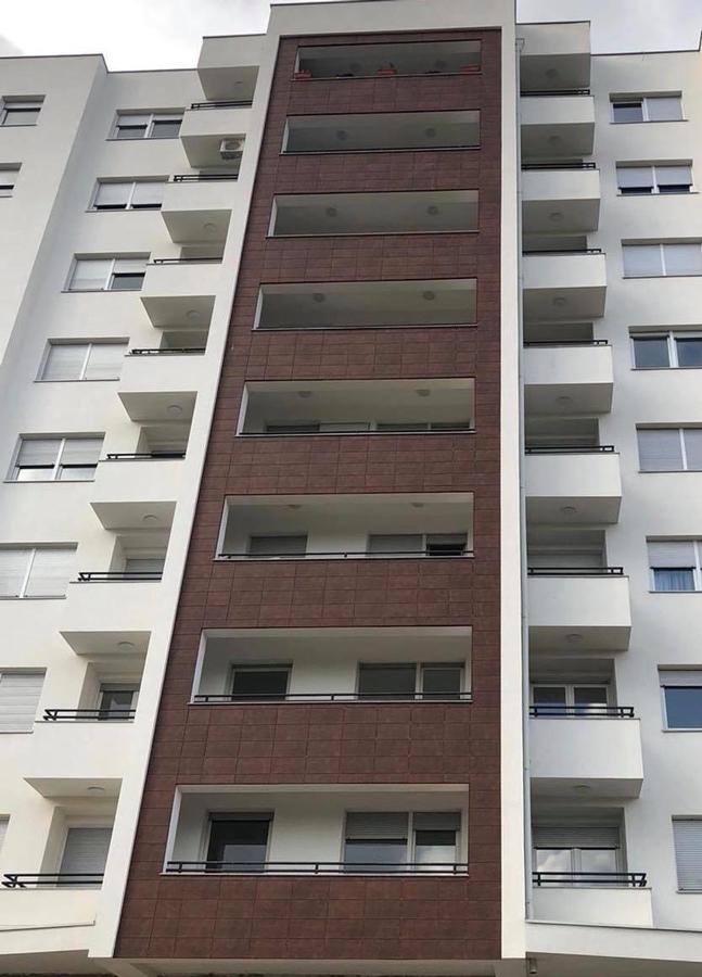 tramo de fachada ventilada cerámica en rehabilitación de edificio