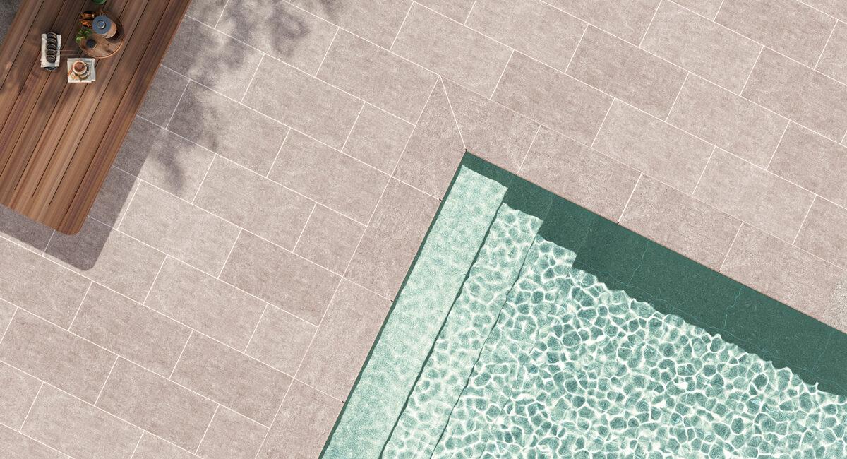 Detalle de piscina residencial. Borde y playa modelo Grey y vaso de piscina Modelo Beige. Serie Evolution.