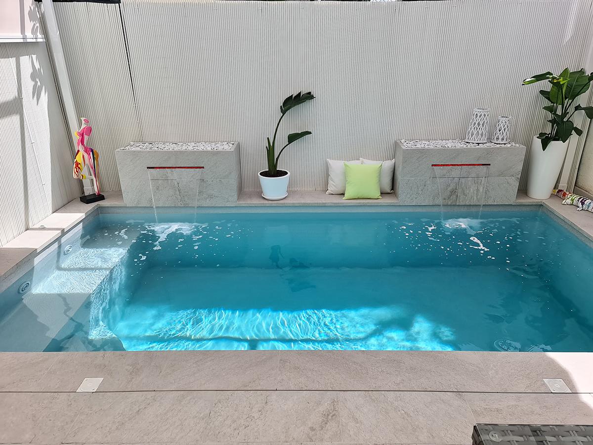 pequeña piscina con cascada