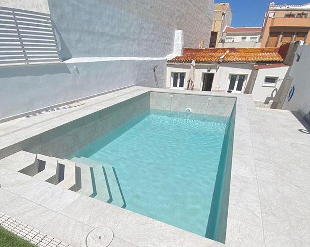 Piscina en vivienda unifamiliar en Jaén de gres porcelánico extrusionado modelo White Stone de la Serie Evolution de Gresmanc con tecnología active Plus