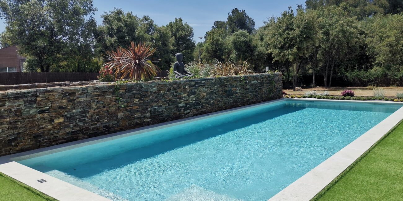 piscina de gres porcelanico white stone aire libre